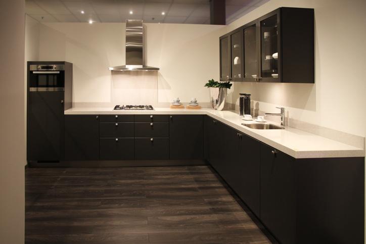 Keuken keukenvloer zwart - Witte quartz werkblad ...